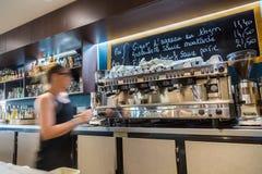 Defensa del La, Francia - 17 de julio de 2016: camarera borrosa en restaurante francés tradicional grande en la ciudad de la defe Imagenes de archivo