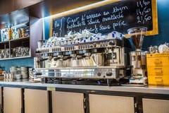 Defensa del La, Francia - 17 de julio de 2016: opinión interior sobre el percolador del restaurante francés tradicional grande en Fotos de archivo libres de regalías
