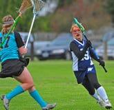 Defensa del lacrosse de las muchachas Fotos de archivo libres de regalías