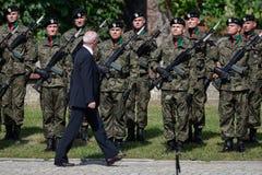 Defensa nacional Antoni Macierewicz y soldados Imágenes de archivo libres de regalías