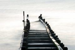 Defensas de mar dañadas, Norfolk, Inglaterra Fotografía de archivo