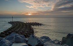 Defensas de mar en Ipswich en la salida del sol Fotos de archivo