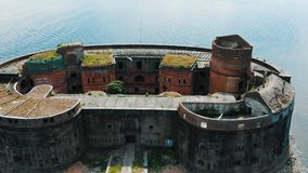 Defensiefort met oude gebouwen in eindeloos oceaanwater stock footage