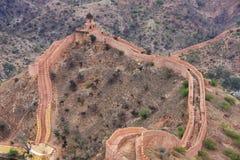 Defensiv vägg av det Jaigarh fortet på Aravalli kullar nära Jaipur, rommar arkivbilder