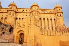 Defensiva väggar av Amber Fort i Rajasthan, Indien Royaltyfria Foton