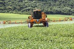 Defensive Spritzmaschine landwirtschaftlich lizenzfreies stockbild