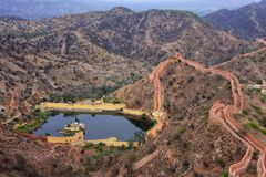Defensive wall and water reservoir of Jaigarh Fort on Aravalli H. Ills near Jaipur, Rajasthan, India. The fort was built by Jai Singh II in 1726 to protect the Stock Photo