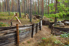 Defensiver Graben im Wald Stockfotografie