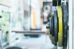 Deferent vikter i konditionmitt Sportidrottshall arkivfoto