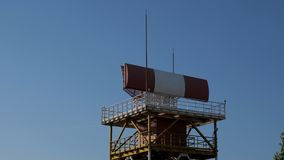 Defesa antiaérea no aeroporto, localizador que gerencie na torre de controlo do radar vídeos de arquivo