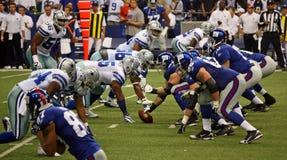 Defesa de Dallas da ofensa dos cowboys NY Giants imagens de stock