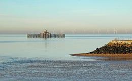 Defesas abandonadas do cais e de mar Fotografia de Stock Royalty Free