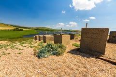 Defesas anti-invasivas de WWII, a praia de Chesil imagem de stock royalty free