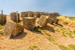 Defesas anti-invasivas de WWII, a praia de Chesil foto de stock royalty free