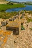 Defesas anti-invasivas de WWII, a praia de Chesil fotos de stock