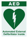 Defibrillator externo automatizado AED dentro en el texto del sitio, icono verde, vertical aislada etiqueta blanca de la etiqueta Fotos de archivo libres de regalías