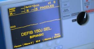 Defibrillator in het multifunctioneel ziekenhuis, sluit omhoog van defibrillator stock footage