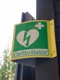Defibrillator teken van de hartslag buiten dichte omhooggaand voor hulp Stock Fotografie