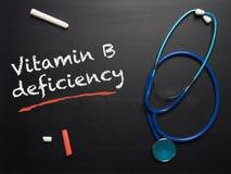 A deficiência da vitamina B das palavras em um quadro fotografia de stock