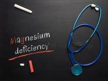 A deficiência do magnésio das palavras em um quadro imagens de stock