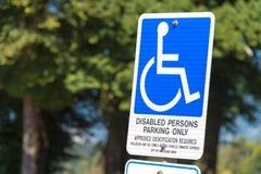 Deficiente estacionando somente o sinal Fotografia de Stock Royalty Free
