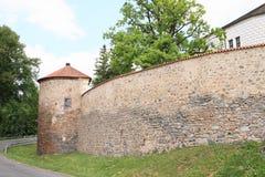 Defienda la pared con la torre en el palacio Breznice foto de archivo