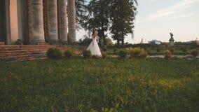 Defile του καλού γαμήλιου ζεύγους στη διαδρομή στο αρχαίο όμορφο κάστρο απόθεμα βίντεο