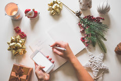 Definições do ano novo escritas com uma mão no caderno com o deco dos anos novos Imagens de Stock