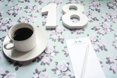Definições do ano novo 2018 no fundo da flor com café e lápis Fotos de Stock Royalty Free