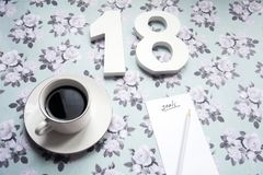 Definições do ano novo 2018 no fundo da flor com café e lápis Imagem de Stock