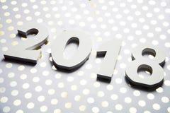 Definições do ano novo 2018 no fundo da flor com café e lápis Imagem de Stock Royalty Free
