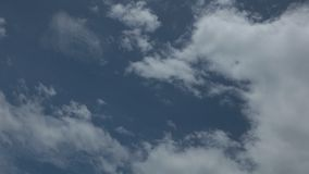 Definición azul del lapso de tiempo del cielo nublado del verano alta almacen de video