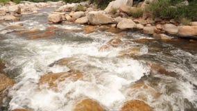 Definición de la cantidad de la acción de la toma panorámica de la escena del río de la montaña alta almacen de metraje de vídeo