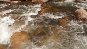 Definición de la cantidad de la acción de la toma panorámica de la escena del río de la montaña alta metrajes