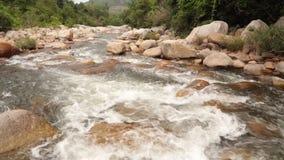 Definición de la cantidad de la toma panorámica de la escena del río de la montaña alta almacen de metraje de vídeo