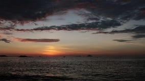 Definición del lapso de tiempo del cielo del océano de la salida del sol alta almacen de video