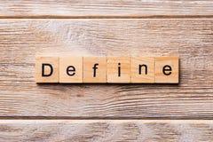 Definiera ordet som är skriftligt på träsnittet Definiera text på trätabellen för din desing, begrepp arkivbild