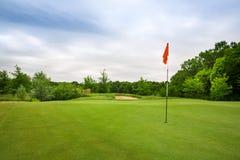 Definitief gat met vlag, gazon op golfcursus royalty-vrije stock foto
