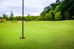 Definitief gat met vlag op golfcursus met gras royalty-vrije stock foto
