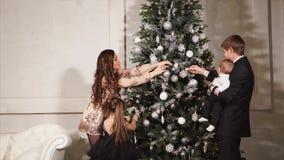 Definitieve aanrakingen van Kerstboomdecoratie stock videobeelden