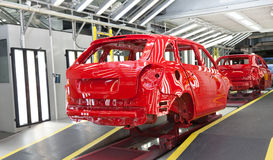 Definitywna inspekcja samochodowy ciało w paintshop Zdjęcie Royalty Free