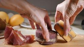 Definitywny dotyka pojęcie Restauracyjny pojęcie Zgłasza położenie Żeńskie ręki stawiają wpólnie dwa otuchy dekorującej z ser zbiory