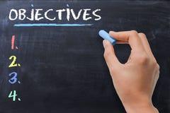 Definiuje biznes lub strategicznych cele pisać kobietą na chalkboard Fotografia Stock