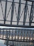 Deflettori perforati del vento costruire sopra la strada sul vicolo dell'acqua a Leeds per ridurre il rischio di incidenti vicino fotografia stock libera da diritti