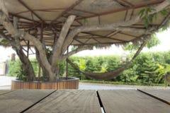 Defocus和大阳台木头的模糊的照片和美丽放松地方 免版税库存照片