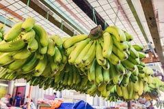 defocus射击了异乎寻常的热带水果,在市场摊位的绿色香蕉显示 免版税库存图片