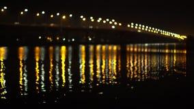 Defocus-Ansicht des Flusses und der Brücke für bewegliche Autos stock video