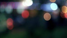 Defocus carlights在被定调子colorized的夜 股票视频