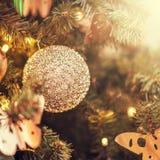 Defocus härliga garneringar på en julgran arkivfoto