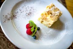 Defocus makro- Płatowaty tortowy Napoleon z jagodami zdjęcie stock